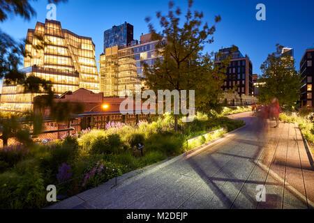 Lumière du soir sur la Highline à Chelsea. Crépuscule au coeur de Manhattan. New York City Banque D'Images