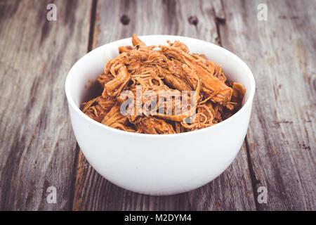 Barbecue délicieux bol de porc sur une planche en bois tableau