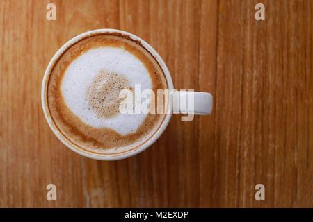 Café chaud avec latte art sur table dans un café pour l'arrière-plan ou cafe menu design Banque D'Images