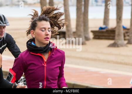 Benidorm, Costa Blanca, Espagne, le 7 février 2018. Sports française Decathlon détaillant un triathlon de l'hôte Banque D'Images