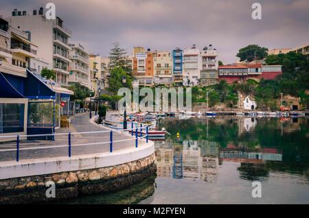 Agios Nikolaos, Crète -31 Janvier 2018.vue magnifique avec des réflexions sur le lac Voulismeni. Ciel dramatique Banque D'Images
