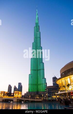 Dubaï, Émirats arabes unis - 5 février, 2018: Lumière sur le Burj Khalifa avec le Dubaï Mall bâtiments au crépuscule. Banque D'Images