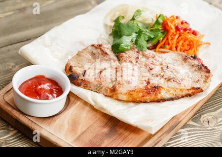 Grill Steak de porc. Servir sur une planche en bois sur une table rustique. Restaurant Barbecue menu, une série de photos de différentes viandes