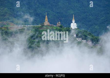 Avec l'image de Bouddha blanc sur la colline de la pagode couvrant avec du brouillard en hiver