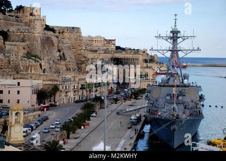 010609-N-6544G-166: La Valette, Malte -- USS Barry (DDG 52) à port ici l'occasion de sa visite pour commémorer Banque D'Images