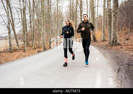 L'homme et la femme le long de routes rurales, Sodermanland Suède Banque D'Images