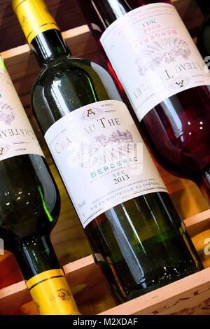 Vin dans coffret en bois pour la vente, Bergerac, Dordogne, France Banque D'Images