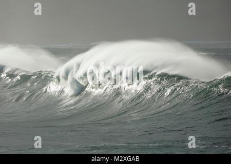 Tempête atlantique vagues près de Ballycastle, Comté de Mayo, Irlande. Banque D'Images