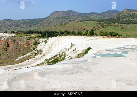 Terrasses en travertin célèbre à Pamukkale (ancien Hierapolis), en Anatolie, Turquie Banque D'Images