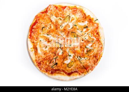Pizza aux fruits de mer isolé sur fond blanc. Vue d'en haut. Banque D'Images