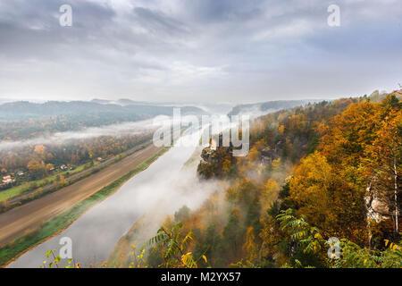 Vue à partir de la montagnes de grès de l'Elbe près de Rathen Banque D'Images