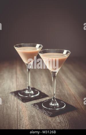 Deux verres de boisson à la crème irlandaise