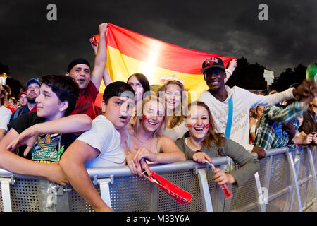 Laut jubelnde Fußballfans beim Sieg von Spanien gegen Italien an der Fanmeile zur Europameisterschaft 2012 am Brandenburger Tor à Berlin.