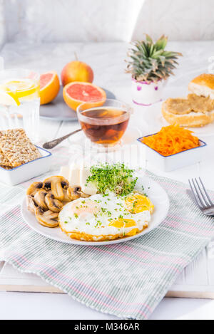 Petit-déjeuner sain plaque avec œufs brouillés, fromage, champignons grillés et micro de germes verts ainsi que Banque D'Images