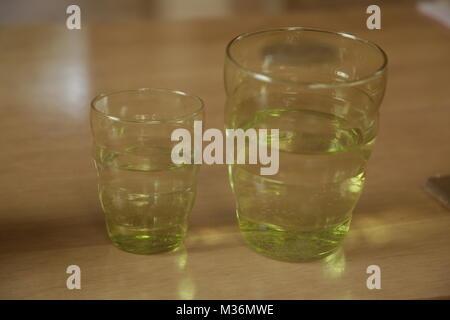Deux verres avec de l'eau, la même taille mais différents dans une photo Banque D'Images