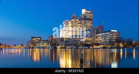 Amsterdam city skyline avec Rembrandt, Breitner et tour de Mondriaan, près de la rivière Amstel au coucher du soleil Banque D'Images