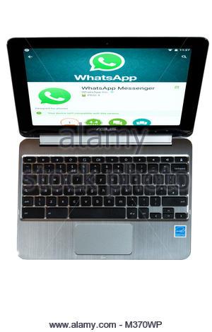 Un Chromebook Asus avec Whatsapp Messenger, l'application de messagerie instantanée, sur l'écran. Dorset, Angleterre Banque D'Images