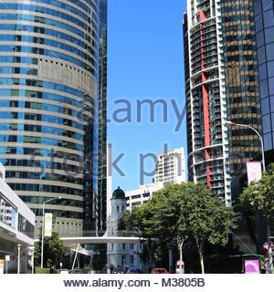 Bel immeuble ancien caché au milieu des gratte-ciel à Brisbane, Australie Banque D'Images