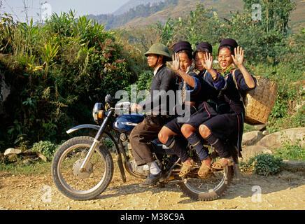 Le Vietnam. Sapa. L'homme et de la femme de hilltribe Hmong noir sur motorbicycle russe ancien modèle (Minsk). Banque D'Images