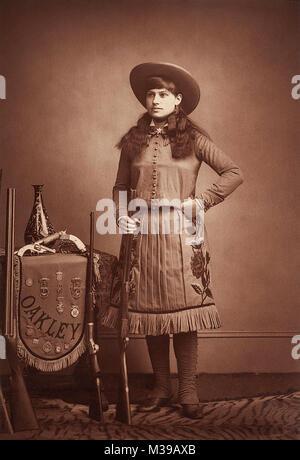 Annie Oakley (1860-1926) était un remarquable tireur américain qui est devenu célèbre lors de l'exécution à Buffalo Bill's Wild West Show. Photo c1887-1880s par Elliott & Fry, Londres, Angleterre.