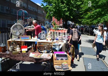 L'été à l'extérieur du marché aux puces hebdomadaire PS 321 park slope brooklyn new york USA Banque D'Images