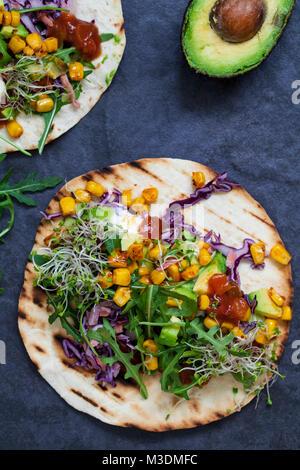 Tortillas de maïs avec Vegan, l'avocat, le chou rouge et pousses de broccoli Banque D'Images