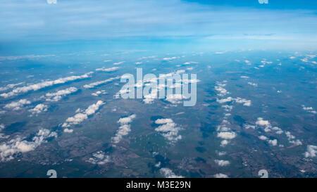 Vue aérienne de nuages alignés en lignes avec des éoliennes sur le terrain Banque D'Images