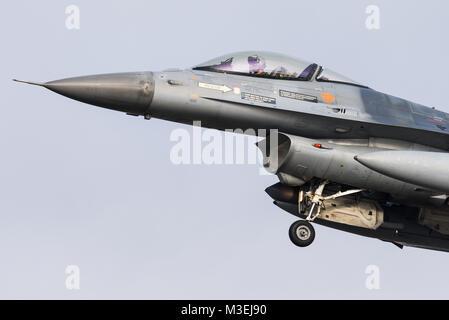 Un avion de chasse F-16 de la Force Aérienne Belge est prêt à atterrir sur la base aérienne de Kleine Brogel en Belgique.