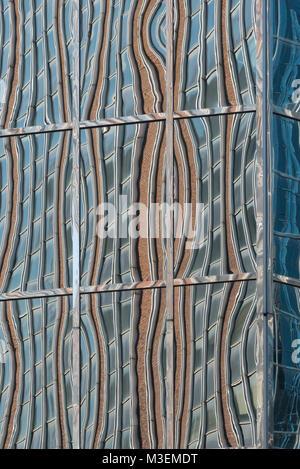 Résumé réflexions déformée d'un bâtiment dans les fenêtres d'un autre Banque D'Images