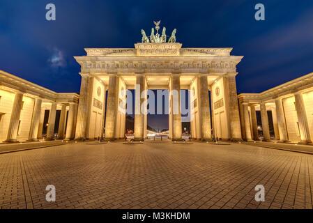 La porte de Brandebourg à Berlin illuminée la nuit Banque D'Images