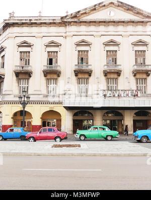 Le vieux Cine Payret à La Havane et son vintage motors Banque D'Images