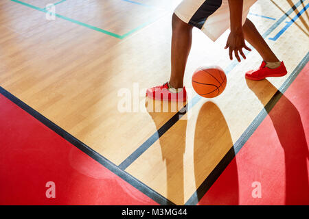 Joueur de basket-ball dribble méconnaissable Banque D'Images