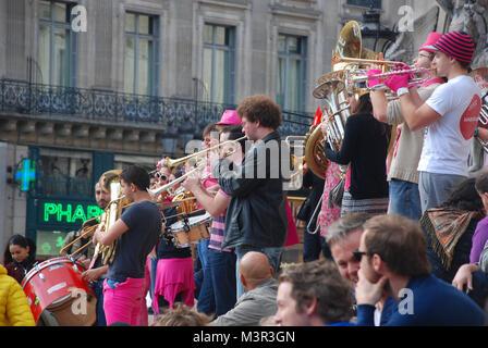 Fanfare de rue l'exécution devant le Palais Garnier (Opéra) à Paris, France Banque D'Images