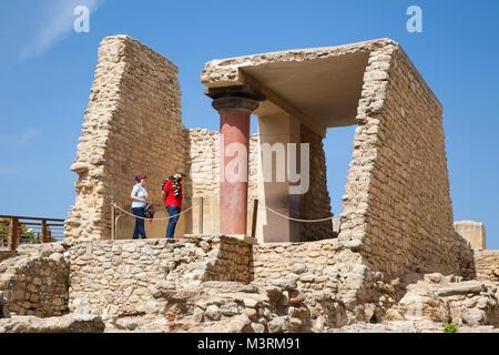 Entrée sud, couloir avec la fresque intitulée: de la Lys, palais de Knossos site archéologique, l'île de Crète, Banque D'Images