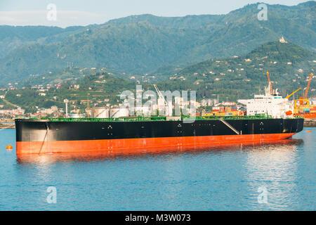 Ancienne péniche Tanker navire de fret à Port Dock sur soirée ensoleillée au coucher et au lever du soleil l'heure Banque D'Images