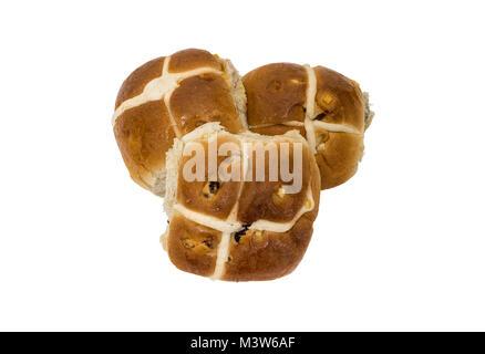 Trois nouveaux pains cuits hotcross placé en forme de cœur sur un fond blanc. Banque D'Images