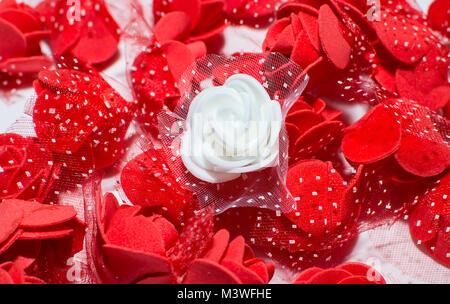 Valentine rose rouge et blanche en plastique Banque D'Images