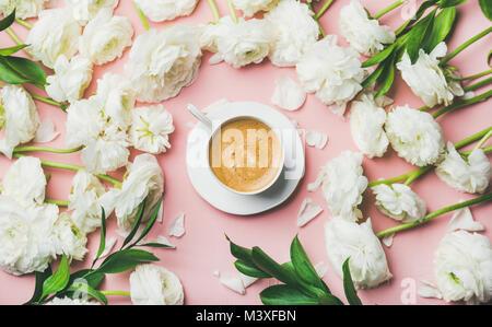 Télévision à jeter de tasse de café entouré de fleurs renoncules blanches Banque D'Images