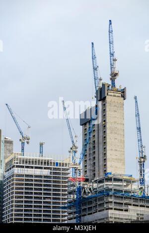 La propriété de London City skyline: grues à tour centrale en béton, de nouveaux gratte-ciel du quartier financier Banque D'Images