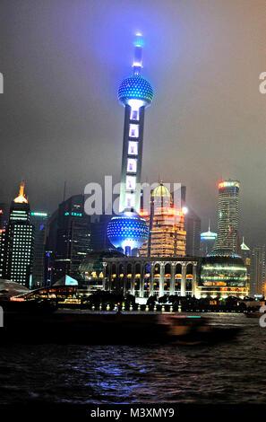 L'horizon de Pudong de nuit avec la Pearl tower, Shanghai, Chine Banque D'Images