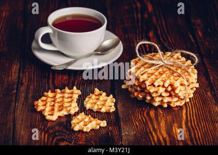 Petit-déjeuner rustique avec Hommade Gaufres et tasse de thé. Banque D'Images