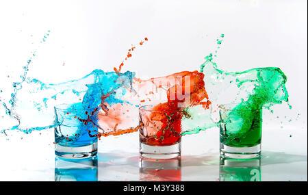Des boissons de couleur jusqu'aux projections de trois verres selon des schémas similaires Banque D'Images