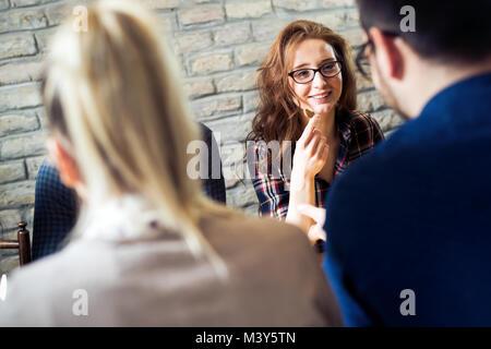 Heureux les jeunes amis hangout in coffee shop Banque D'Images