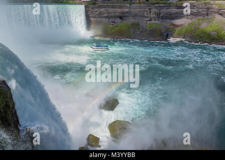 Niagara Falls, excursion en bateau dans la chute d'Horseshoe avec Rainbow Banque D'Images