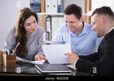 Couple Talking avec conseiller pendant Meeting in Office Banque D'Images