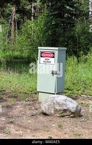 Un danger haute tension signe sur une boîte électrique. Banque D'Images