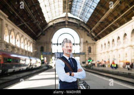 Mature businessman on d'une gare. Banque D'Images