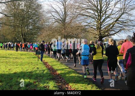 Un grand groupe de coureurs hommes et femmes prenant part à une course autour de Broadlands historique domaine près Banque D'Images