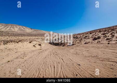 Sotavento, Risco Del Paso désert de sable jaune avec les montagnes à l'horizon. Risco Del Paso près de Jandia, Fuerteventura, Banque D'Images