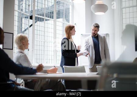 Les dirigeants à la tête d'une réunion de remue-méninges Banque D'Images